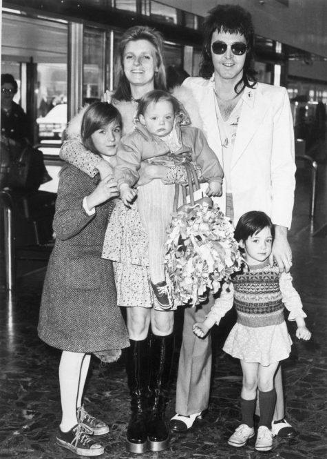 phong cách thời trang sân bay của Paul McCartney và gia đình năm 1973