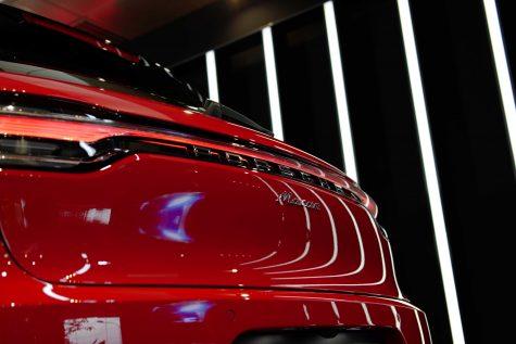 cụm đèn hậu LED 3 chiều dạng dải chạy dài hết phần đuôi xe Porsche Macan