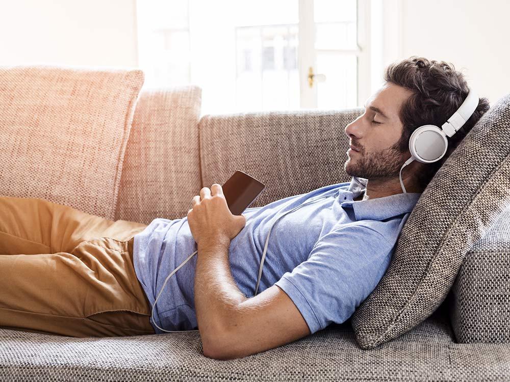 thói quen tốt-chàng trai đang nghe nhạc