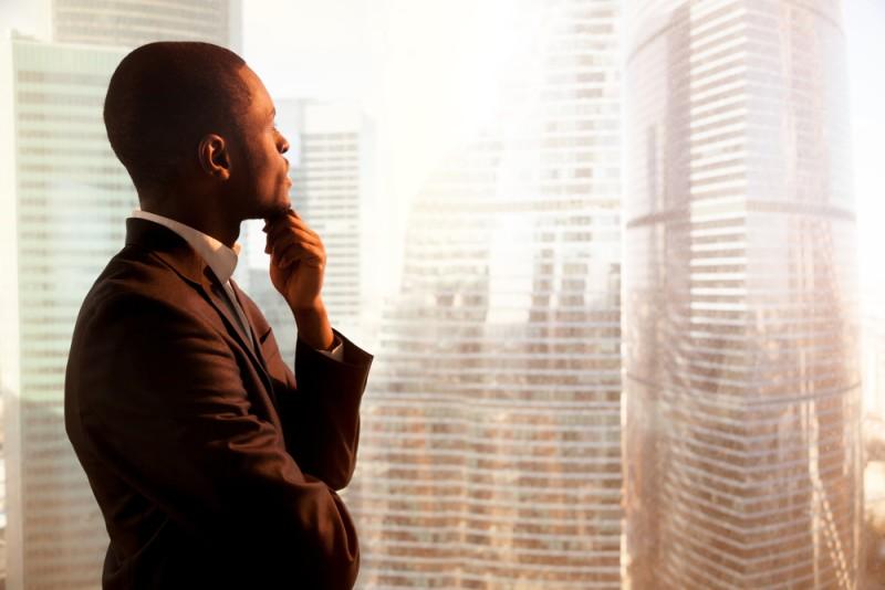 chàng trai nhìn ra cửa sổ