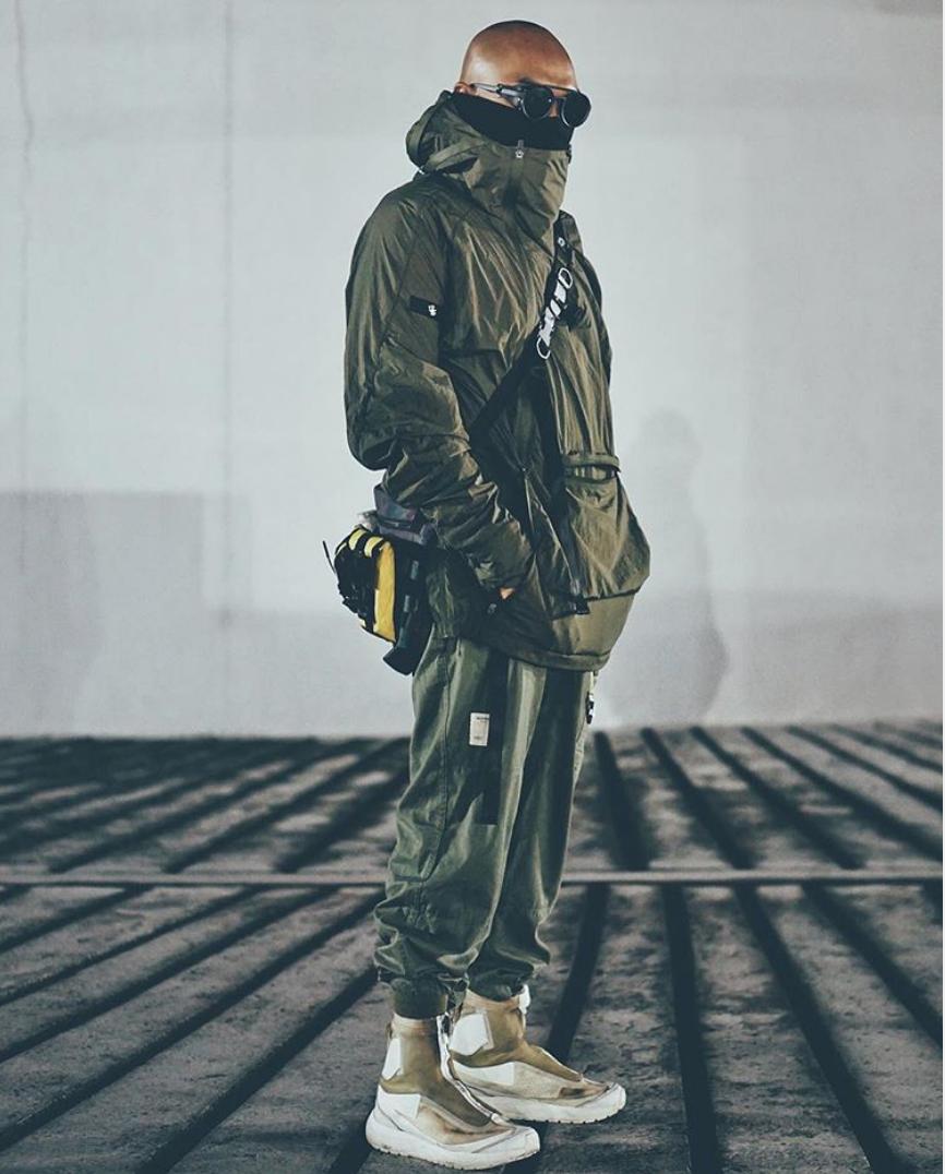 phối đồ theo phối đồ nam theo xu hướng thời trang đa dụng - mẫu nam trong trang phục riot devision áo quần màu xanh quân đội