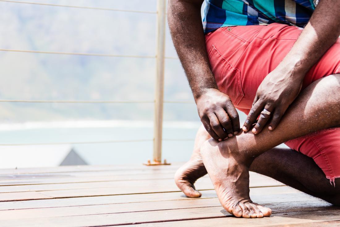 chấn thương chân-chàng trai bị đau gót chân achilles