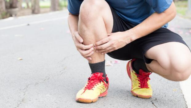 chấn thương chân-chàng trai bị đau xương cẳng chân