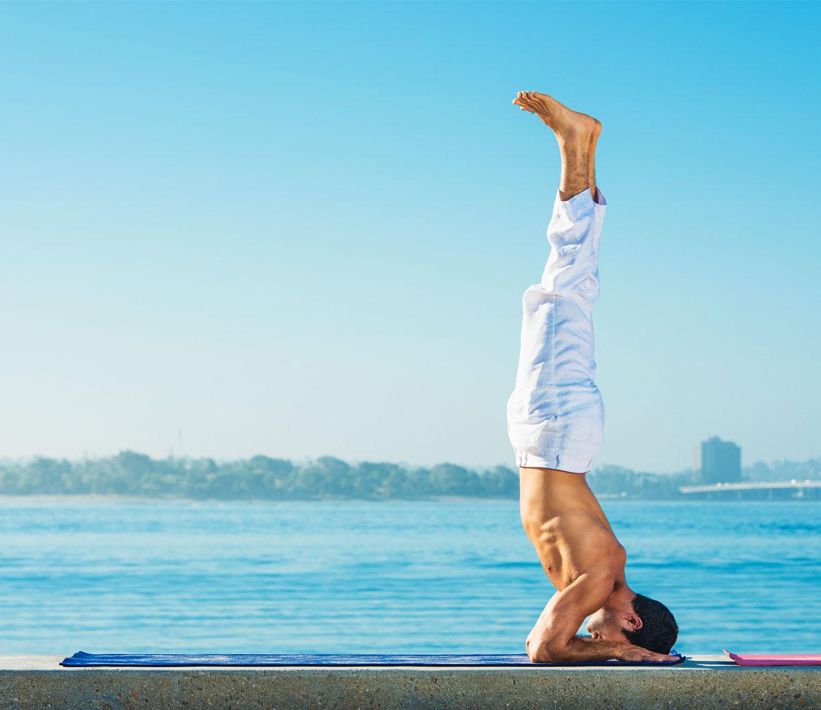 giải tỏa stress-chàng trai đang tập yoga