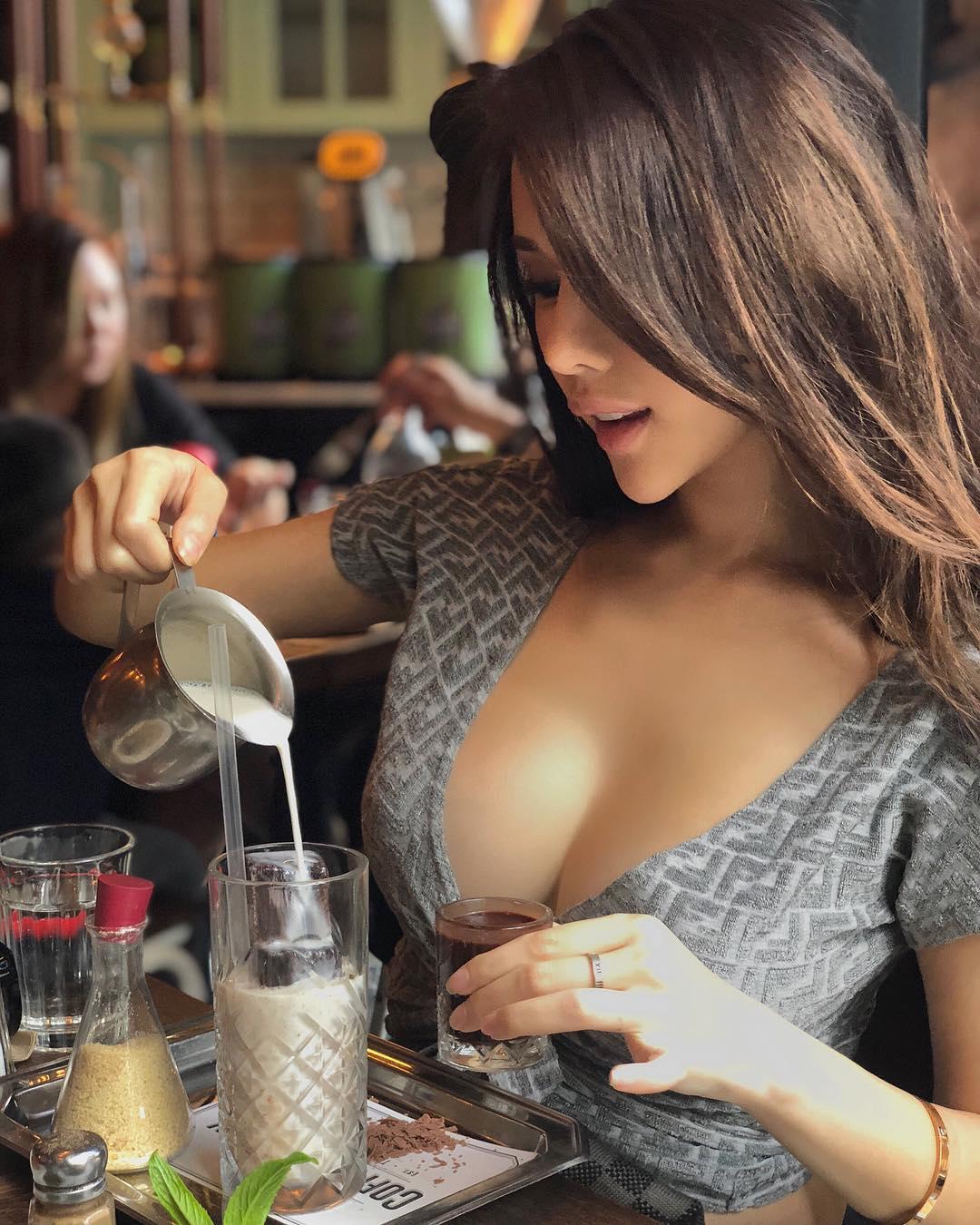 nữ dj xinh đẹp - jade rasif pha cafe