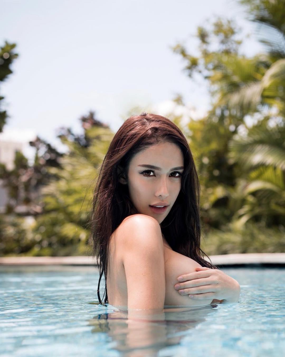 nữ dj xinh đẹp - jade rasif tạo dáng dưới hồ bơi