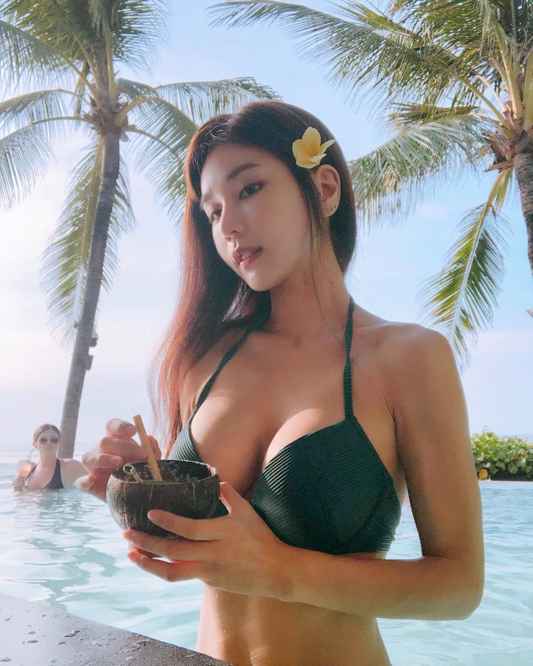 nữ dj xinh đẹp - siena dưới hồ bơi