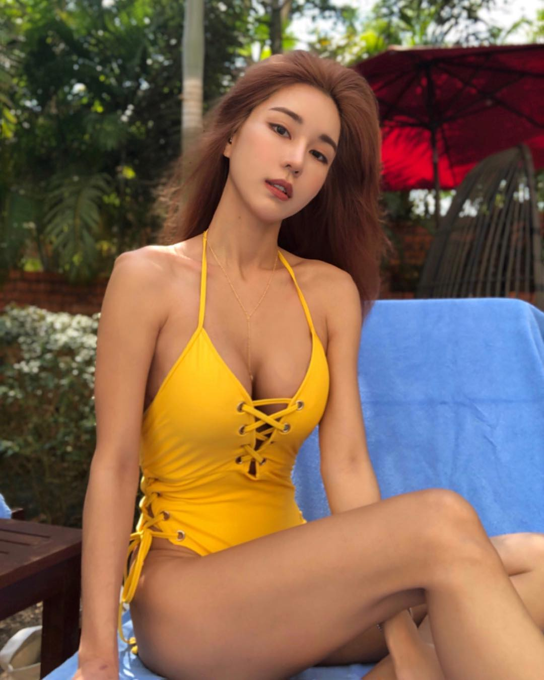nữ dj xinh đẹp - siena sexy với đồ bơi màu vàng