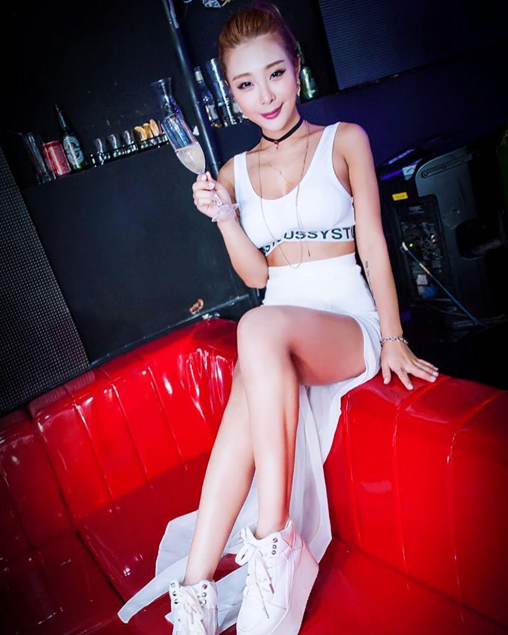 nữ dj xinh đẹp - alyshia mặc đồ trắng