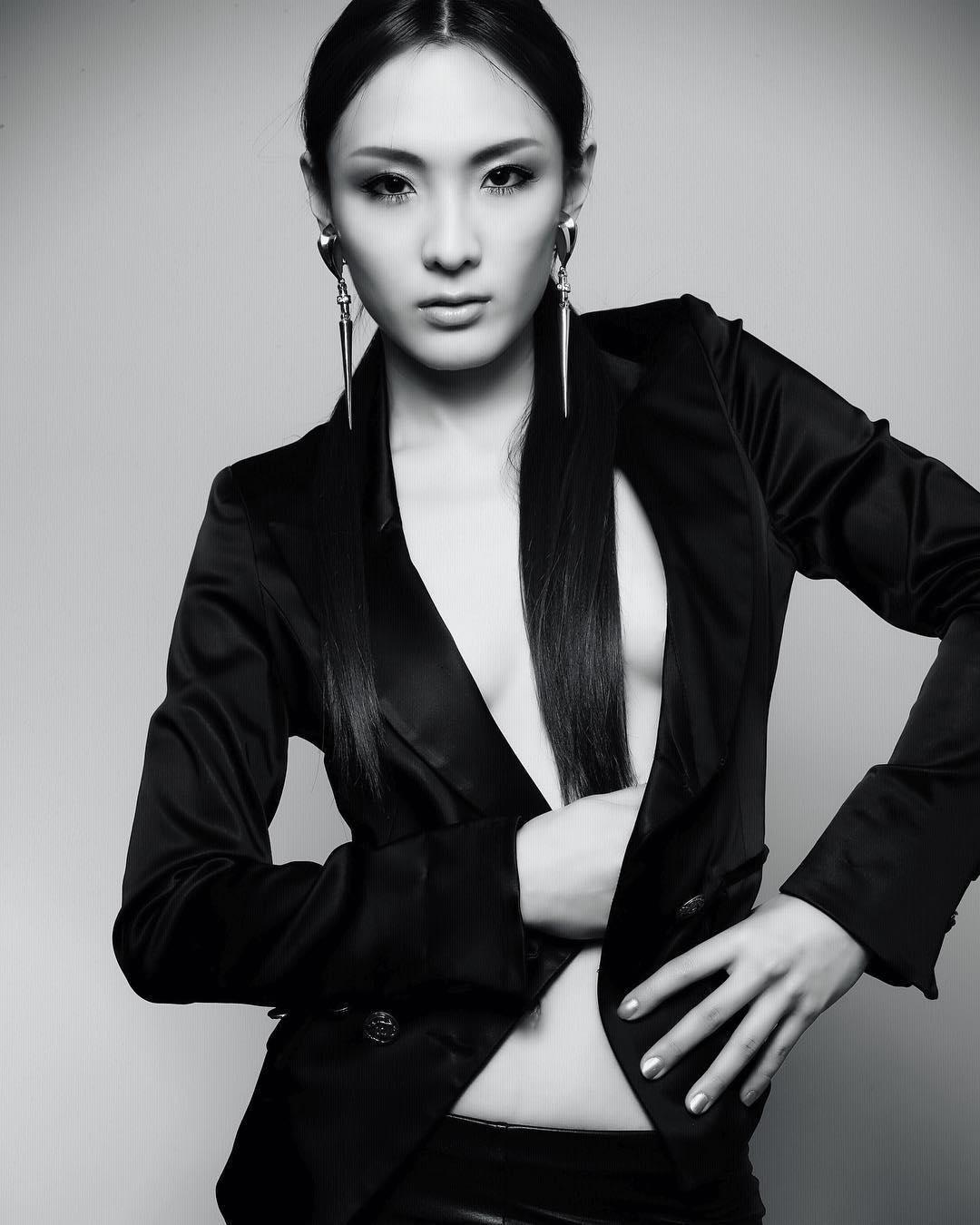 nữ dj xinh đẹp - hiloco mặc suit đen