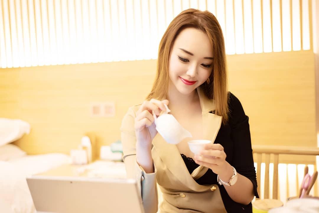 nữ dj xinh đẹp - nicole chen uống trà