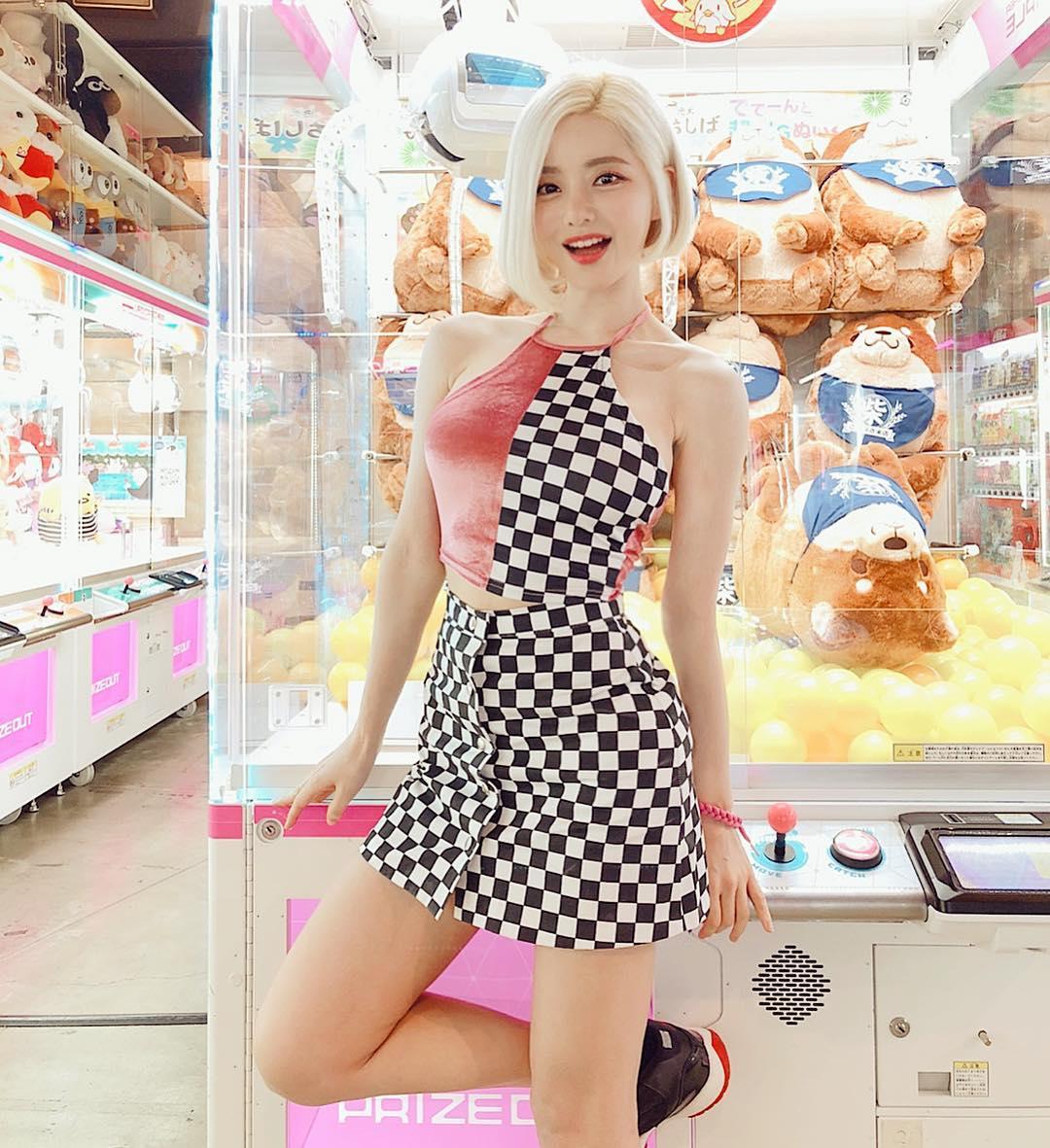 nữ dj xinh đẹp - soda mặc váy caro