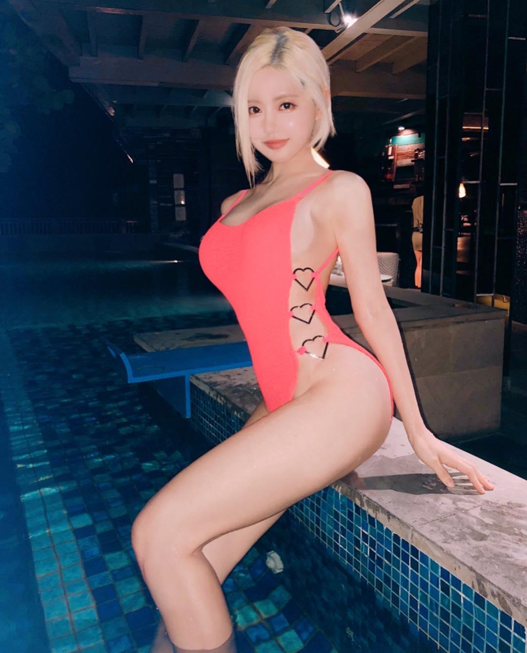 nữ dj xinh đẹp - soda mặc đồ bơi màu hồng