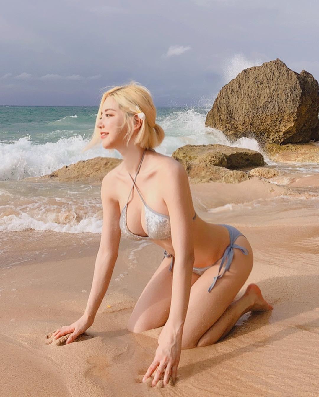 nữ dj xinh đẹp - soda tạo dáng sexy trên bãi biển