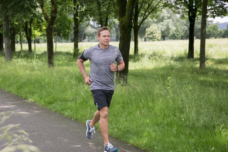 Nam giới chạy bộ mỗi ngày tập luyện