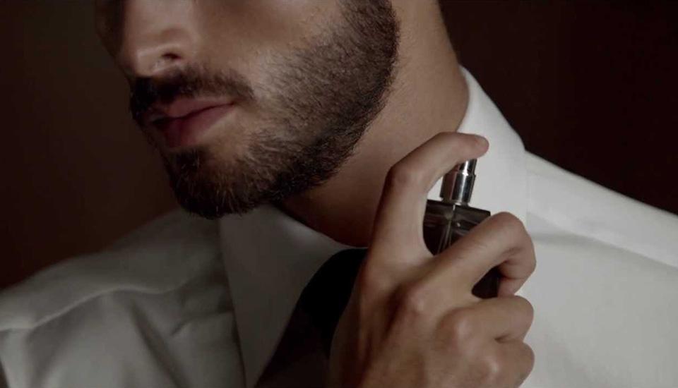cách đàn ông hiện đại xịt nước hoa