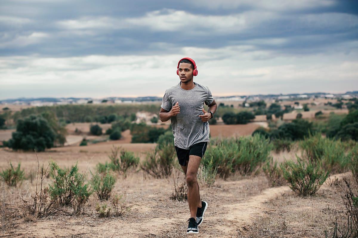 nam giới chạy bộ mỗi ngày cùng bản nhạc phù hợp
