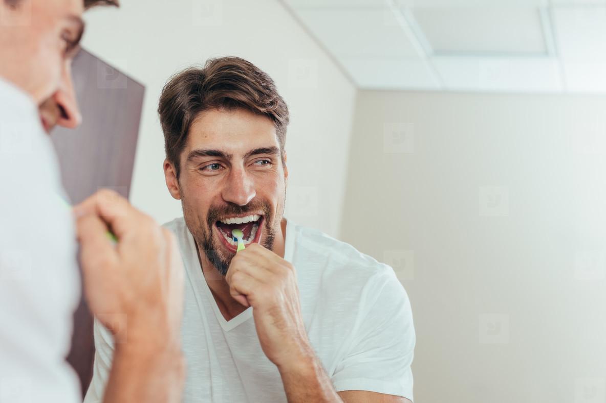 người đàn ông đang đánh răng
