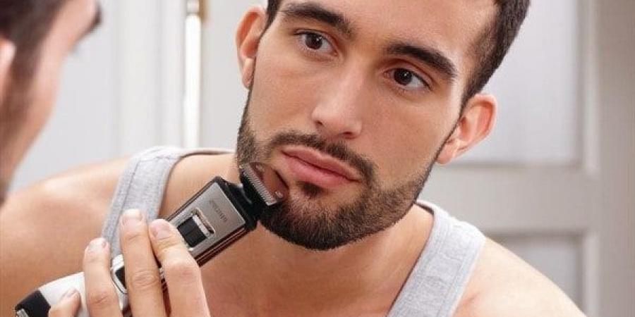 người đàn ông đang tỉa râu