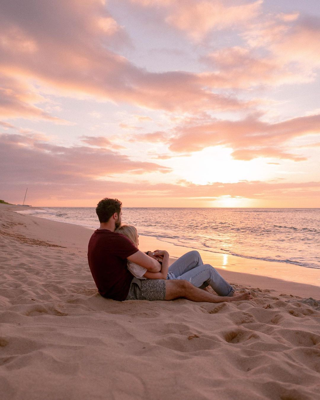 du lịch biển-cặp đôi ngắm hoàng hôn trên biển sunset