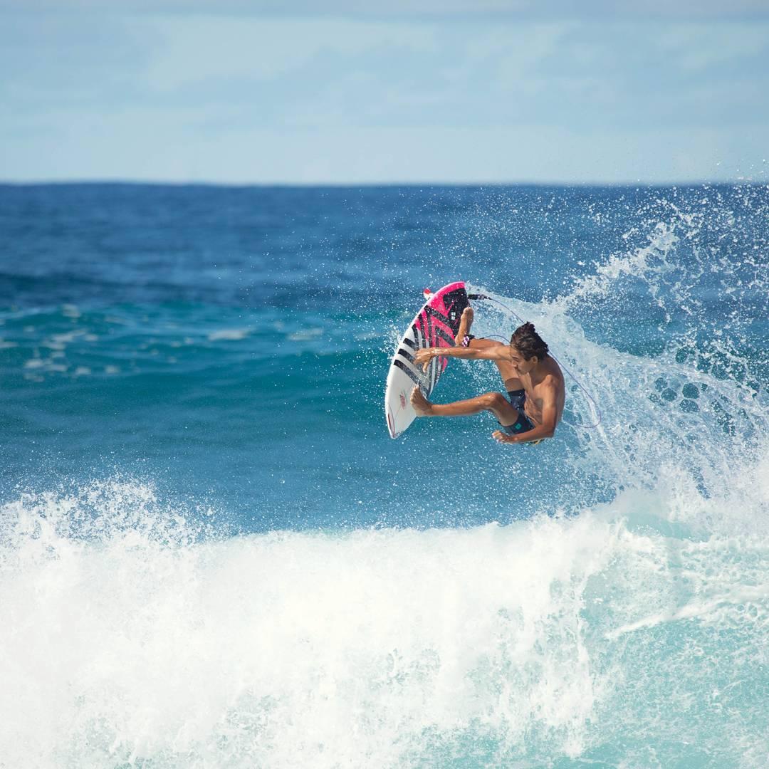 du lịch biển-chàng trai lướt sóng trên biển sunset