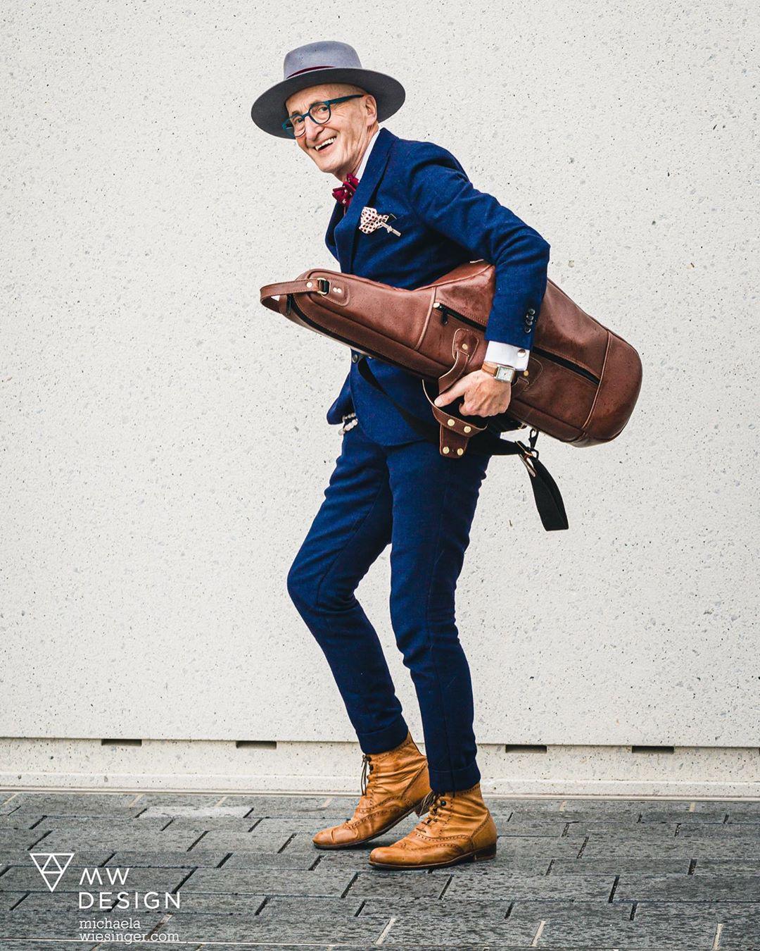 phong cách thời trang - cụ ông u80 mặc suit xanh navy