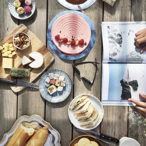 chụp ảnh flatlay bàn ăn và tạp chí