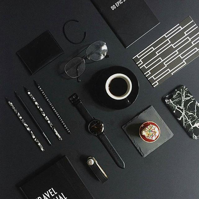chụp ảnh flatlay có mắt kính, đồng hồ, bút chì và case điện thoại