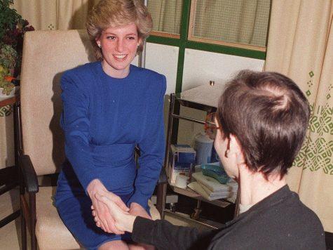 cố Công nương Diana bắt tay với bệnh nhân bị AIDS