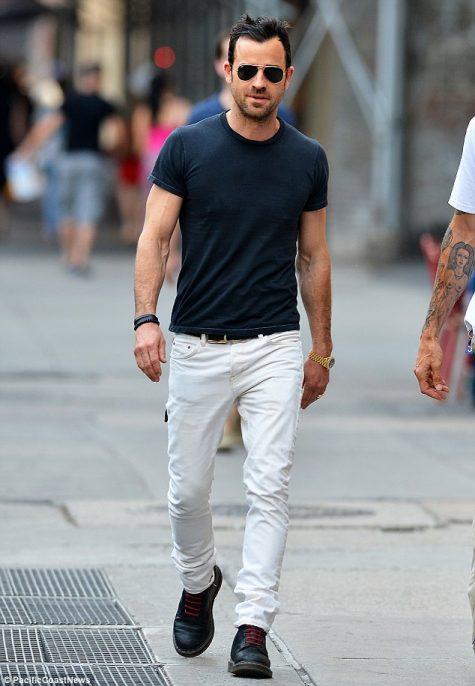 Giày boots nam ELLE Man Justin Theroux cùng Brogue boots và quần jeans trắng