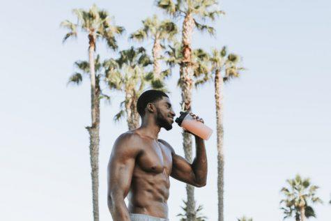Thói quen tốt ELLE Man người đàn ông uống protein shake