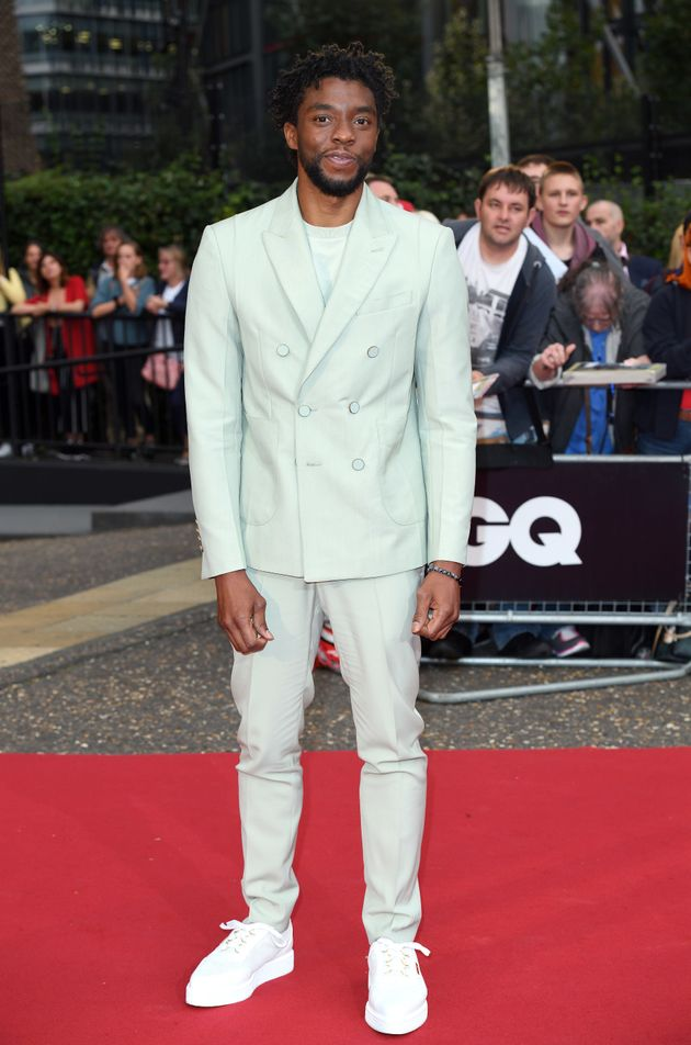 Chadwick Boseman trong trang phục suit khuy đúp ngực màu xanh lục bảo pastel (emerald pastel)