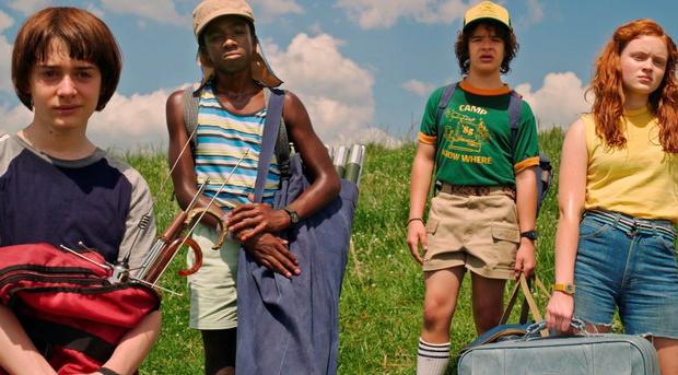 thời trang phim stranger things các thành viên mặc đồ camping áo thun mùa hè