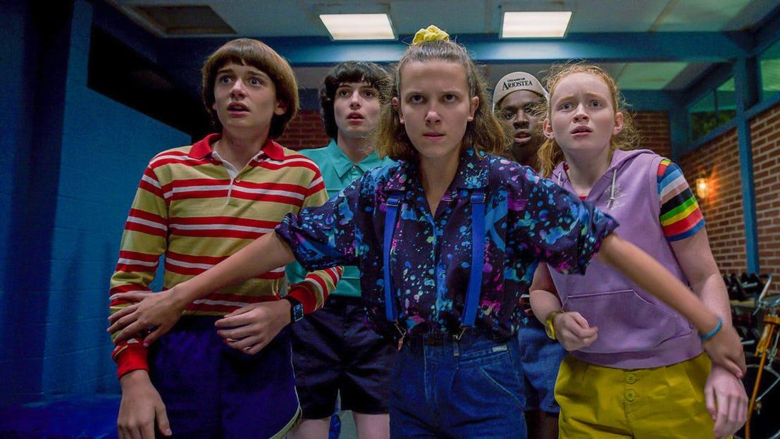 thời trang trong phim Stranger things nhóm bạn mặc trang phục hè