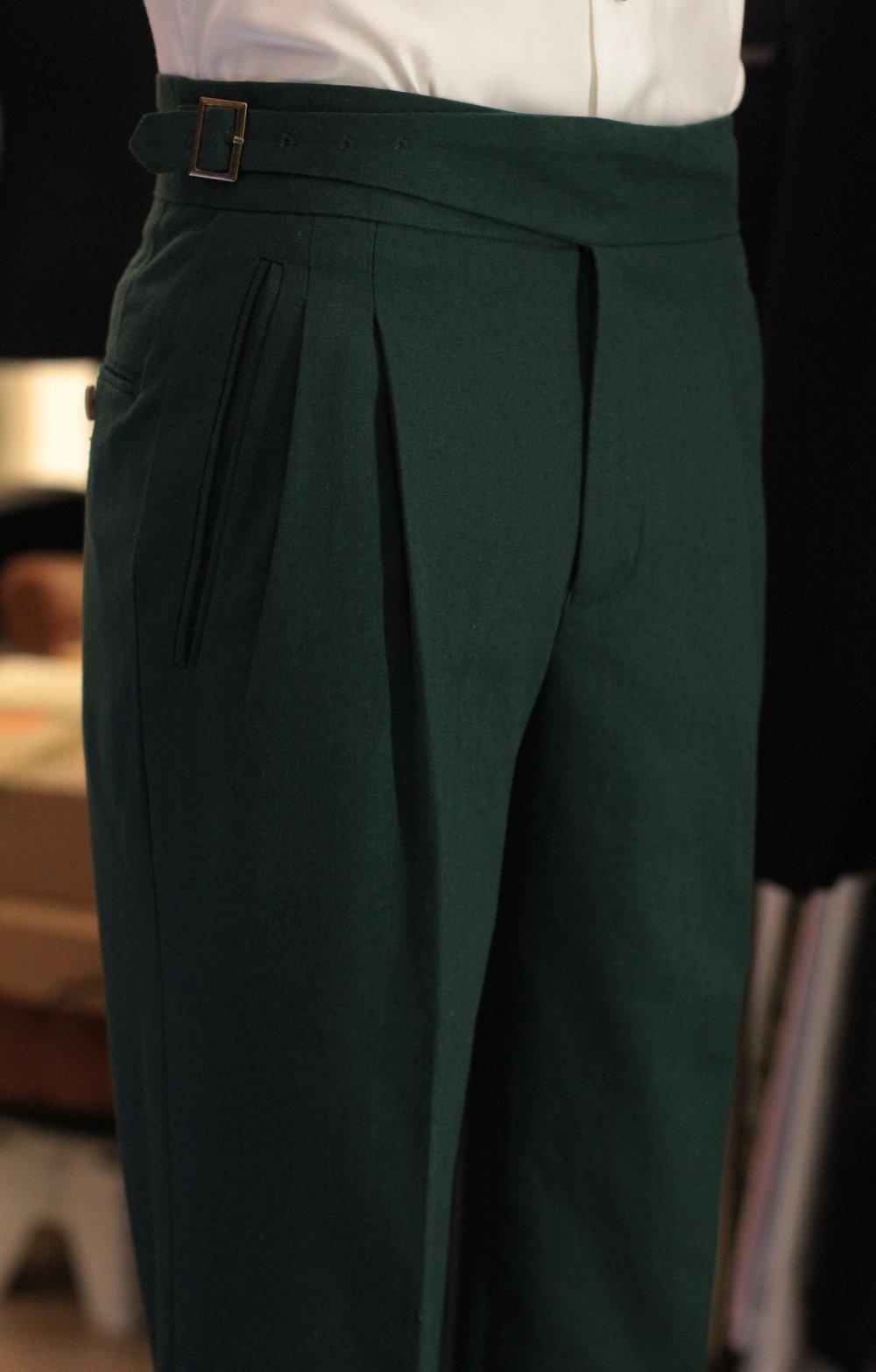Quần tây linen với chi tiết side adjustment của Made Suits. Ảnh: made-suits.com