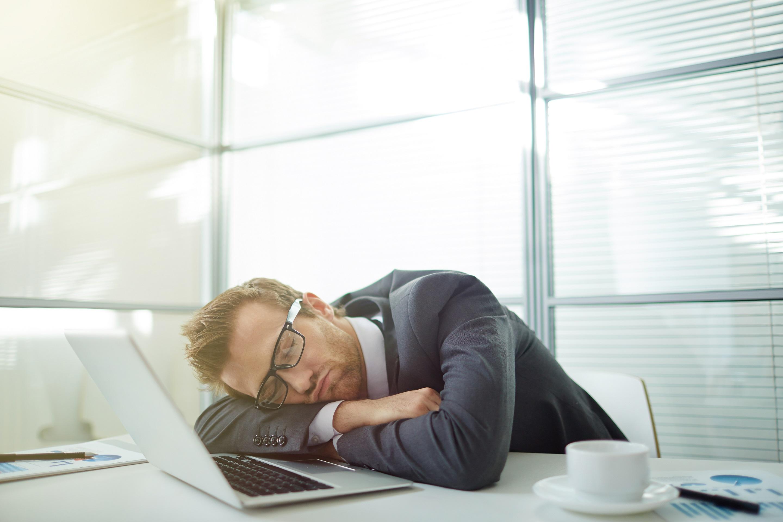 chàng trai ngủ trưa tại văn phòng