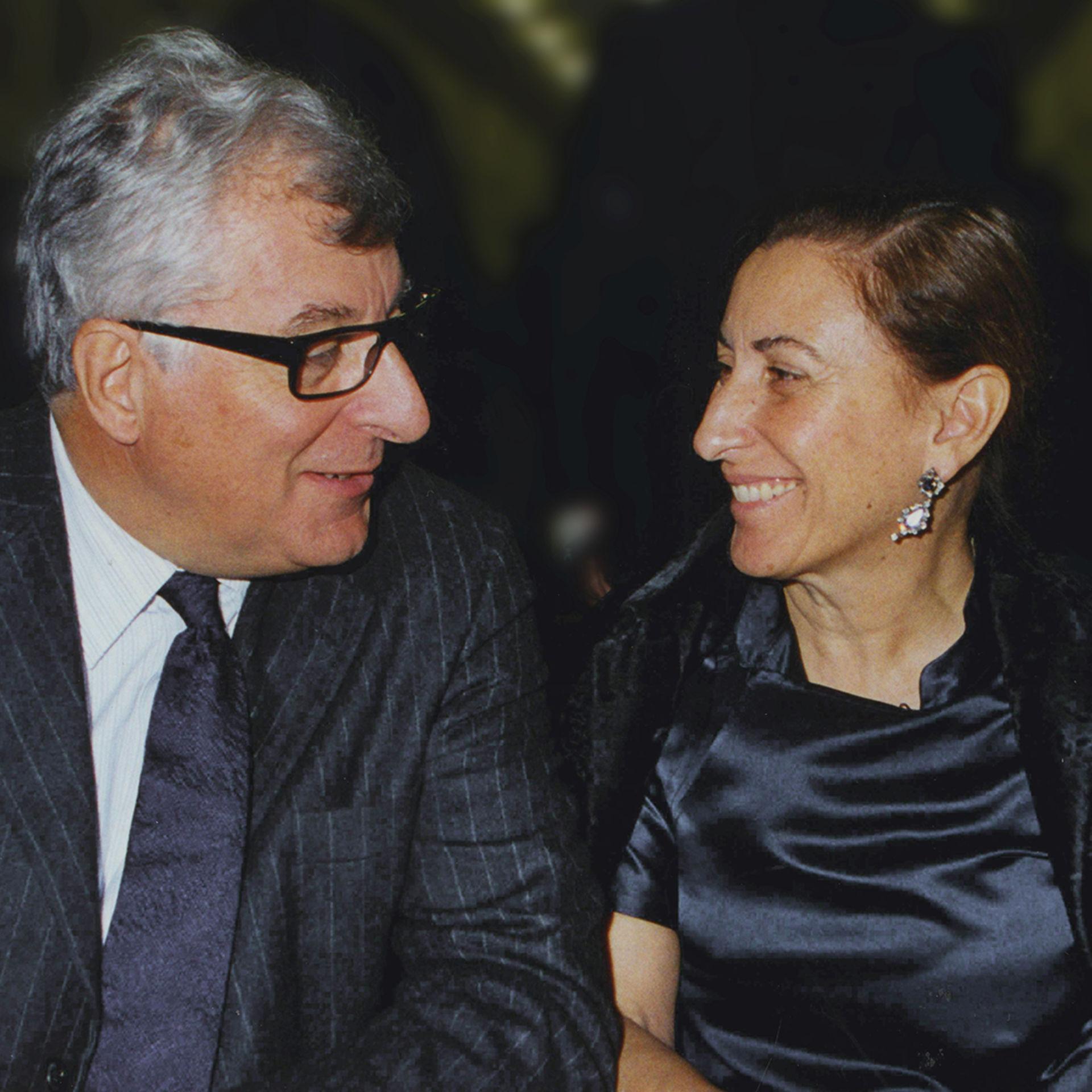 hình ảnh cặp vợ chồng miuccia và chồng patrizio tìm hiểu logo thương hiệu prada