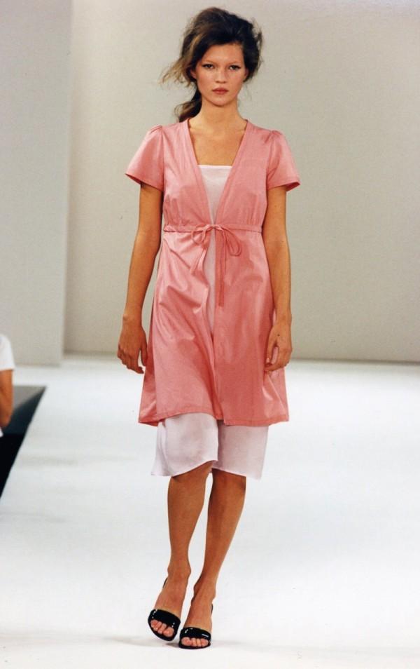 siêu mẫu Kate Moss trong BST đầu tiên của miu miu trên sàn diễn New York Fashion Week vào năm 1995.