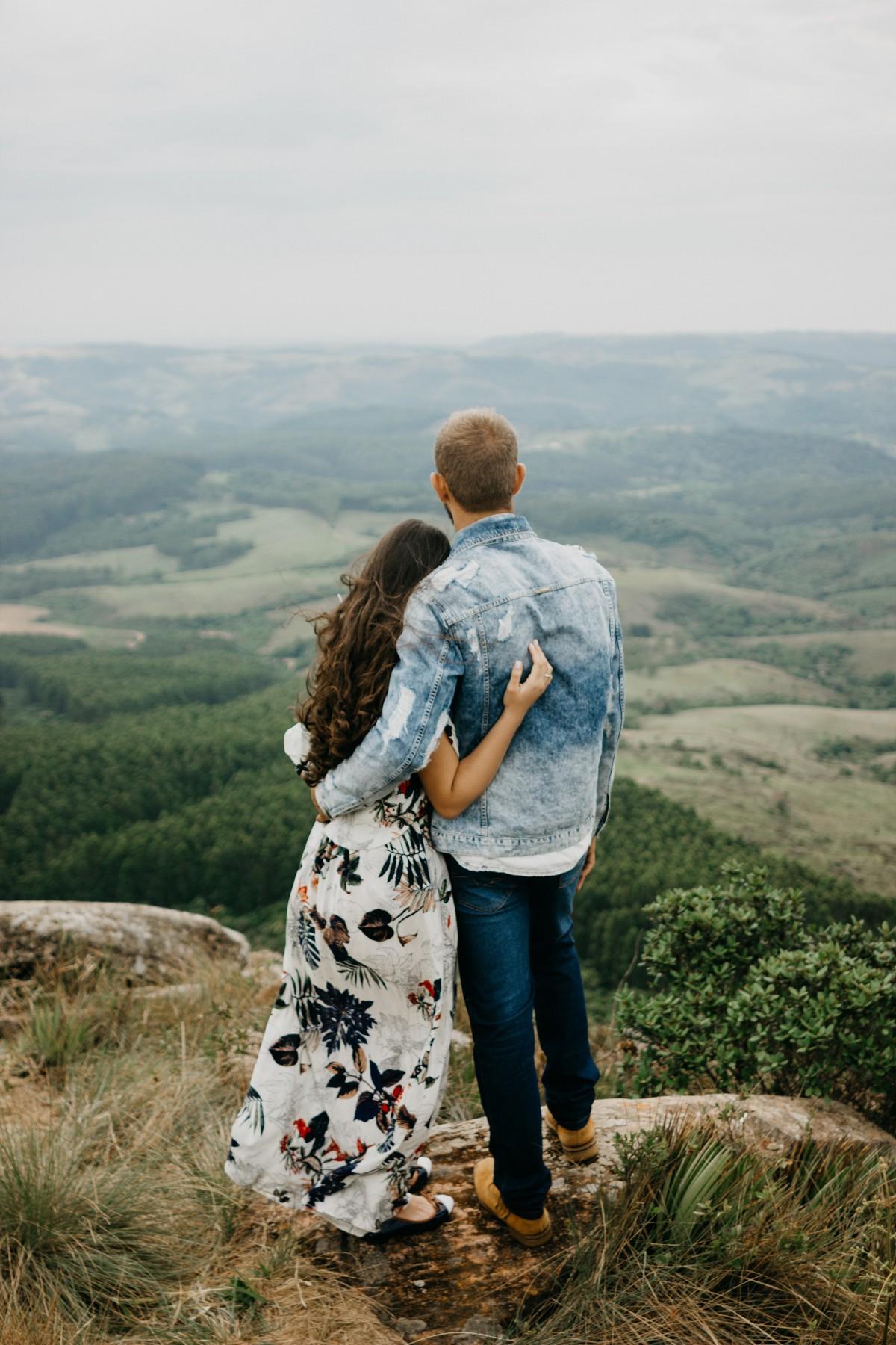 đàn ông sư tử khi yêu - chàng trai và cô gái cùng nhìn về một hướng