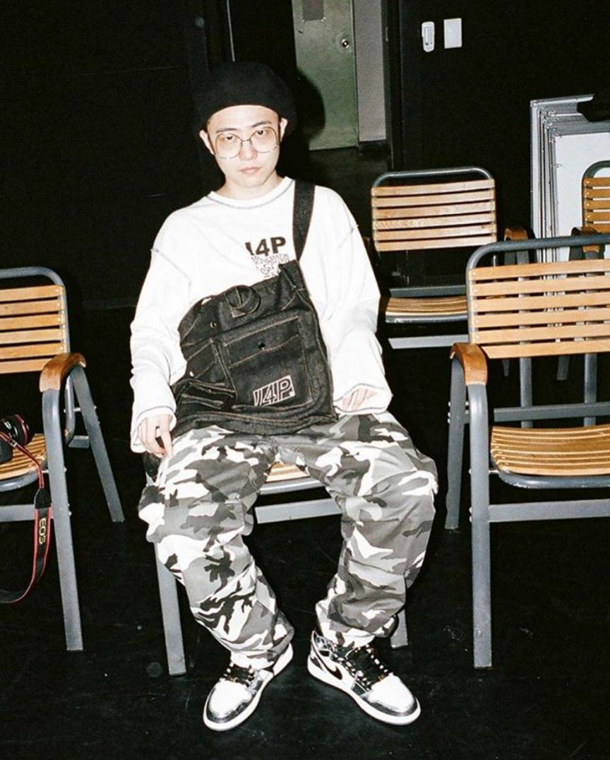 giriboy rapper mặc quần camo và áo sweater