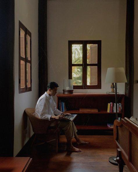 ESAs ELLE Man Quang Đại ngồi trên một chiếc ghế