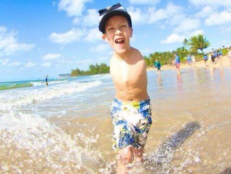 Tuy khiếm khuyết nhưng cậu bé luôn rất yêu đời và năng động, cậu rất say mê những hoạt động thể chất như bơi lội. Ảnh: Courtesy Linda Bannon