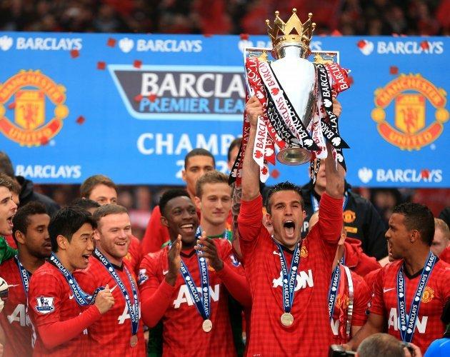 Robin Van Persie cầm cúp Premier League