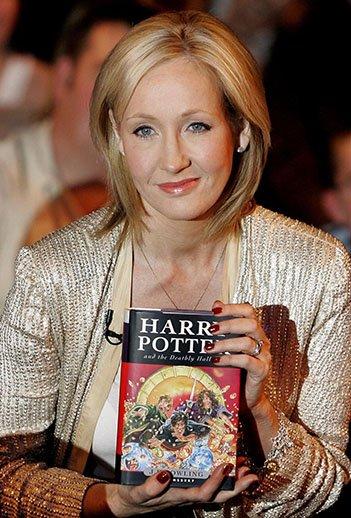 nhà văn JK Rowling và quyển sách Harry Potter tập 7