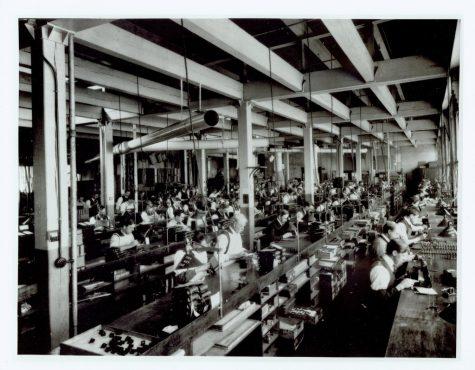 Công nhân làm việc tại xưởng của Kodak -logo thương hiệu Kodak
