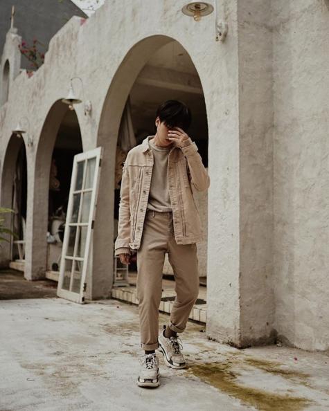 phối đồ gam màu beige áo khoác jean quần chinos