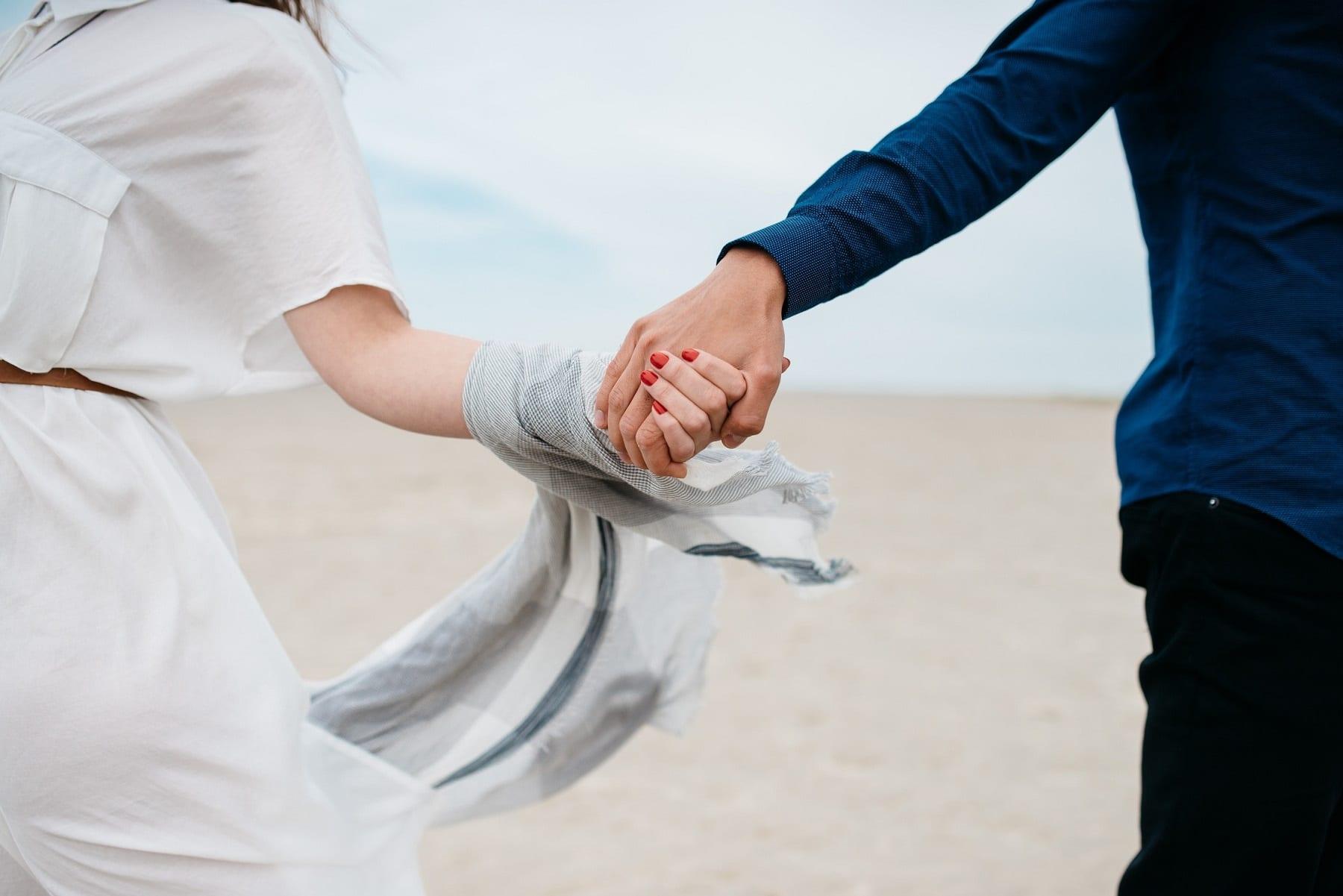 chinh phục phụ nữ sư tử - cặp đôi nắm tay