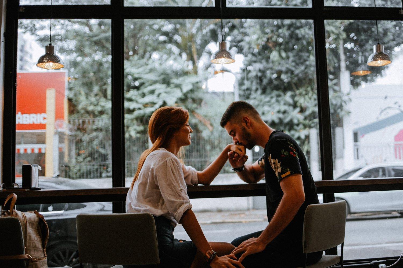 chinh phục phụ nữ sư tử - chàng trai hôn tay cô gái