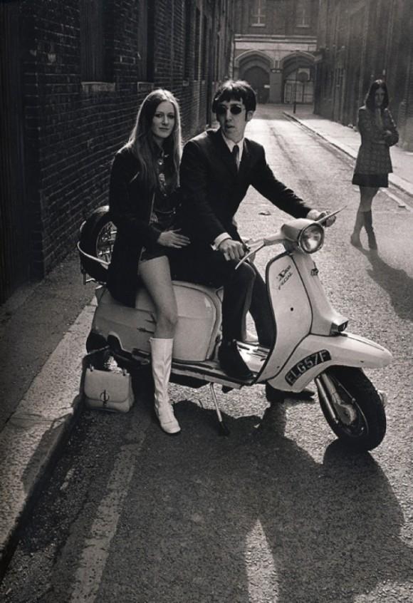 hình ảnh chàng trai mặc suit trên chiếc xe vespa vào thập niên 60