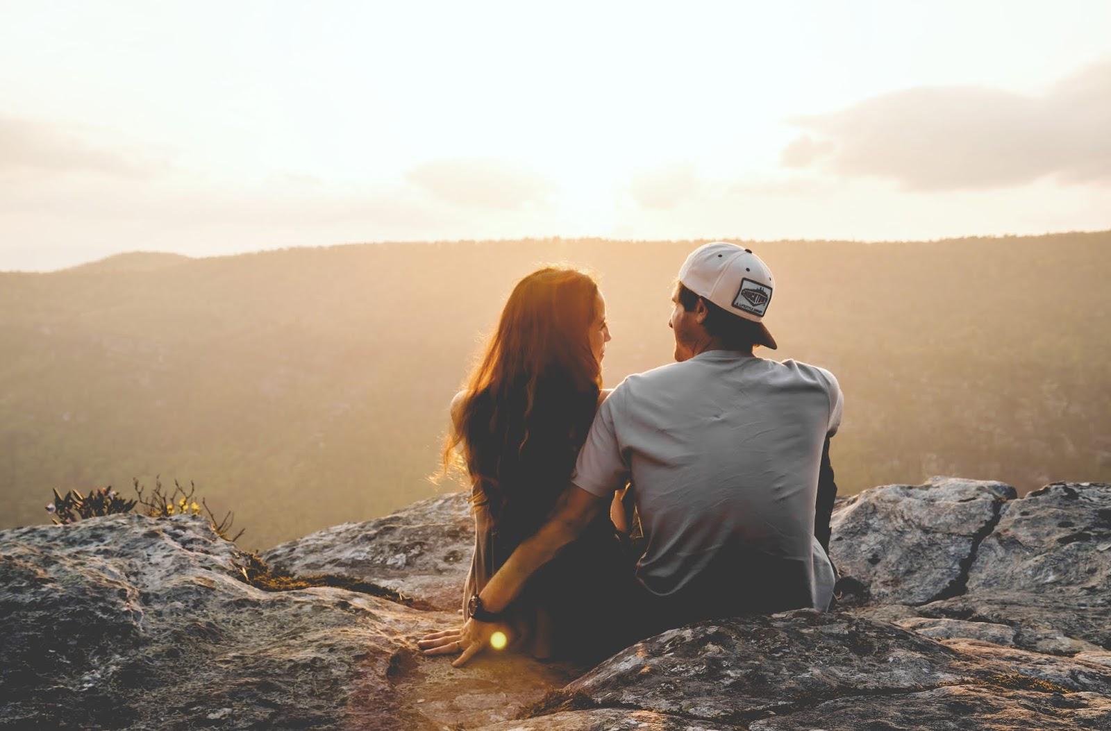 cặp đôi ngồi trên núi - chinh phục phụ nữ xử nữ